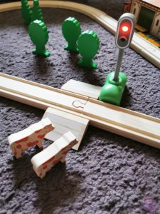 Toy Boxx September Eichhorn Holzbahn Spielzeug 07